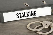 Handschellen Und Ein Ordner Mit Dem Aufdruck Stalking