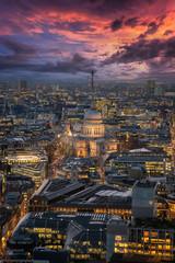 Blick über die hell beleuchtete Skyline von London auf die St. Pauls Kathedrale nach Sonnenuntergang