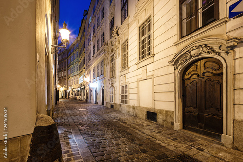 Papiers peints Ruelle etroite night alley in Vienna, Austria.