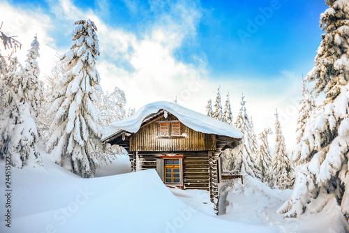Zamek w górach zimą, chata na śniegu. Zimowy krajobraz górski. Karkonosze, Polska.