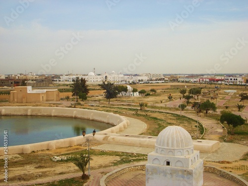Foto  Kairouan, Tunisia - April 10, 2018: View from Aghlabid Basins In Kairouan / al-Q
