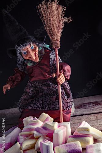 Fotografia  Befana con Marshmallow - still life