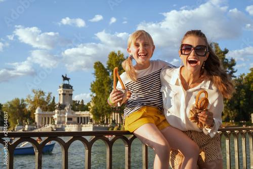 Fototapeta premium matka i córka podróżnicy z tradycyjnym hiszpańskim churro