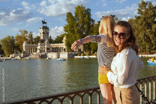 Fototapeta premium szczęśliwa matka i dziecko turyści w Parku del Retiro radujący się