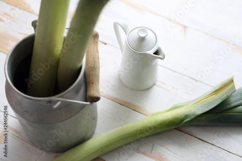 Fototapeta Warzywa w kuchni. Zielona łodyga pora. obraz