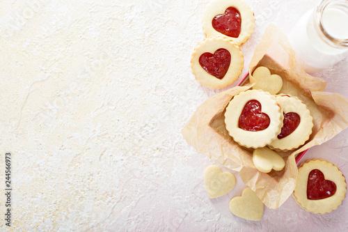 Fotografia Heart shaped vanilla cookies with jam filling