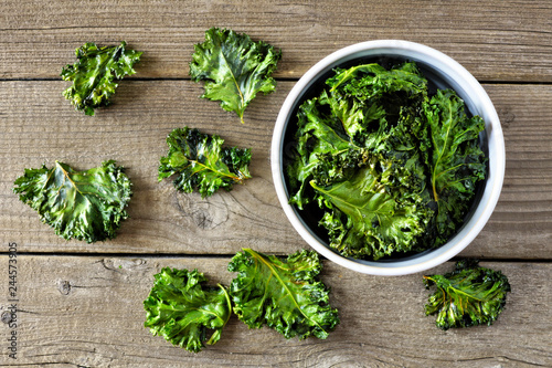 Cuadros en Lienzo Bowl of healthy kale chips