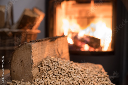 Foto Wood stove heating with in foreground wood pellets - economical heating system c