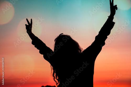 Canvas Print Silhouette einer glücklichen Frau im Abendrot