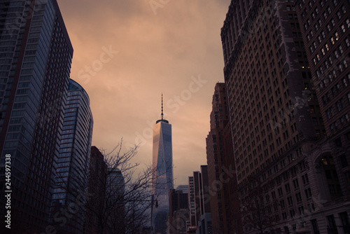Photo  freedom tower at sunset