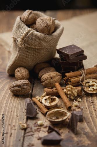 Leinwand Poster Trozos de chocolate con nueces y canela