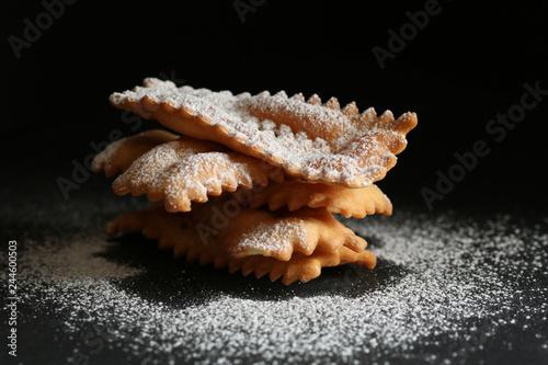 Chiacchiere: dolci tipici italiani di carnevale ricoperte di zucchero a velo