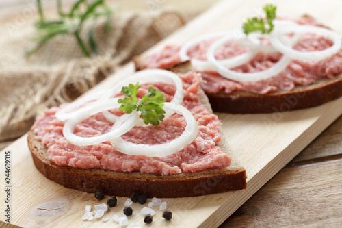 Photo  Brot mit frischem Zwiebelmett und Ziebelringen