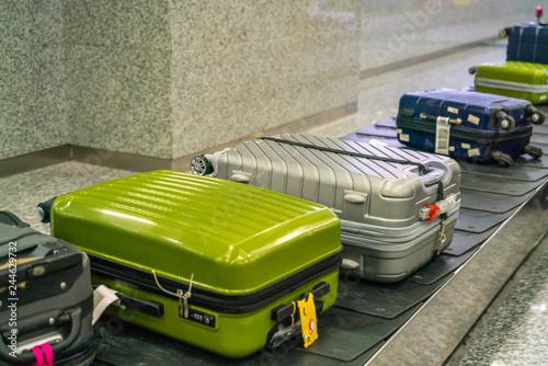 Zdjęcie XXL Walizka i bagaż na taśmie w międzynarodowym porcie lotniczym