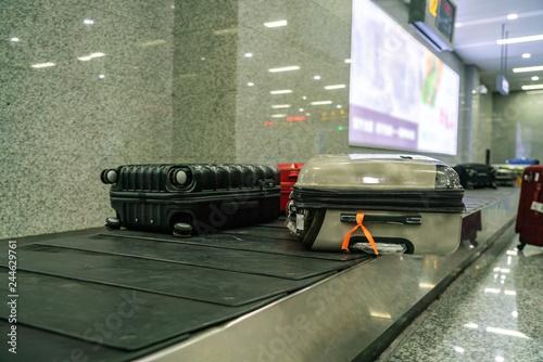 Zdjęcie XXL Walizka i bagaż na przenośniku taśmowym w międzynarodowym porcie lotniczym