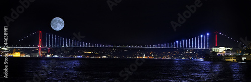 Valokuva İstanbul bosphorus bridge , fullmoon and city night