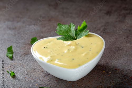 Montage in der Fensternische Aromastoffe Mayonnaise sauce with chopped onion and mustard seeds