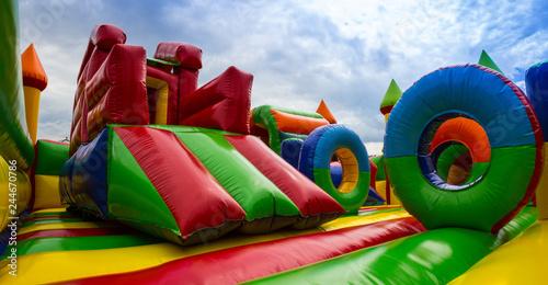 Fototapeta Panoramiczny widok kolorowego wnętrza placu zabaw dla dzieci obraz