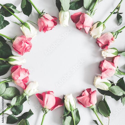 Naklejka premium Kompozycja kwiatów. Różowa i biała róża kwiaty na pastelowym szarym tle. Leżał płasko, widok z góry, miejsce kopiowania, kwadrat
