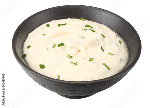 Photo garlic sauce in black bowl isolated on white background