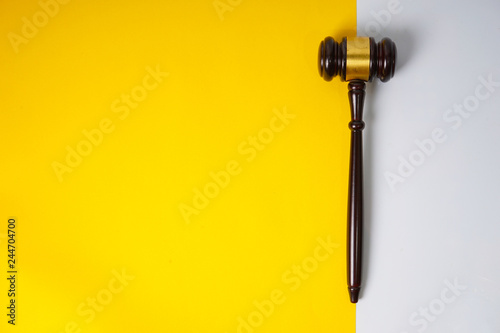 Fotografiet  Gavel hammer with yellow background