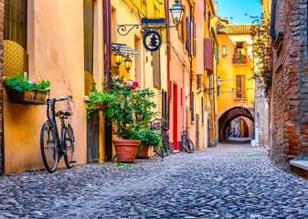 Przytulna wąska ulica w Ferrara, Emilia-Romagna, Włochy. Ferrara jest stolicą prowincji Ferrara