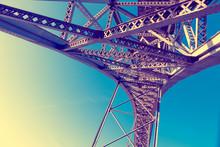 Detalle Del Puente Moderno De Hierro Contra El Cielo Azul. Imagen Abstracta De La Estructura Metálica Del Puente En Perspectiva