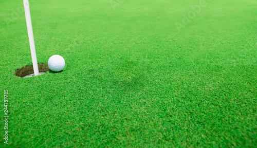 Poster Golf Golf ball near the hole