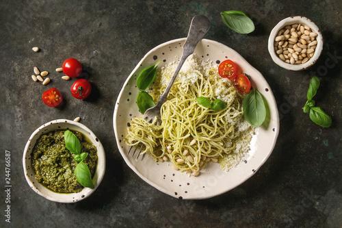Photo  Classic italian spaghetti pasta with pesto sauce, pine nuts, olive oil and fresh basil
