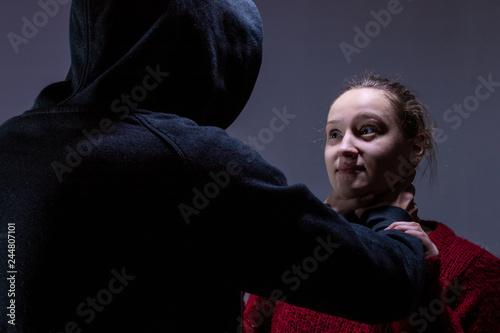 Valokuvatapetti Ein Mann würgt eine Frau