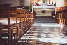 Bancs D'église Dans La Lumière