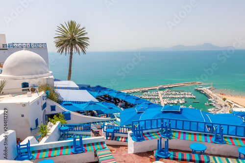 Fotografía SIDI BOU SAID, TUNISIA - JULY 19, 2018: Beautiful view over seaside and white bl