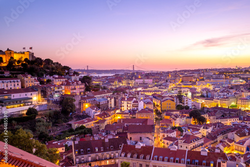 Photo sur Aluminium Mexique night view of lisbon and saint george castle