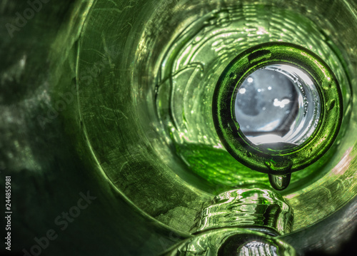 Stickers pour portes Macro photographie Green Glass Bottle Dripping Wet