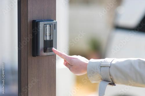 Obraz na plátně インターホンを押す女性の手