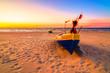 Zachód słońca kutry rybackie nad morzem