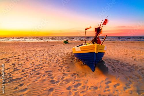 Foto op Plexiglas Koraal Zachód słońca kutry rybackie nad morzem