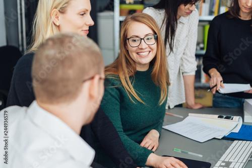 Cuadros en Lienzo Attractive smiling young businesswoman