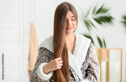 Stickers pour portes The Young woman with beautiful long hair in bathroom