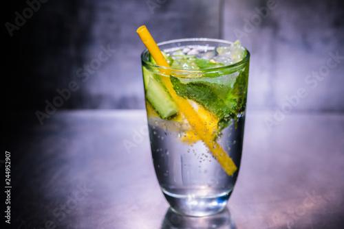 Fotografie, Obraz  Erfrischendes Getränk mit Zitrone Minze und Eis