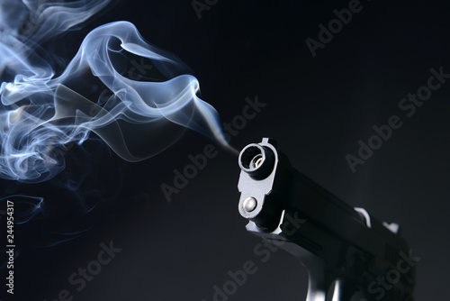 Photo Smoking gun on dark background