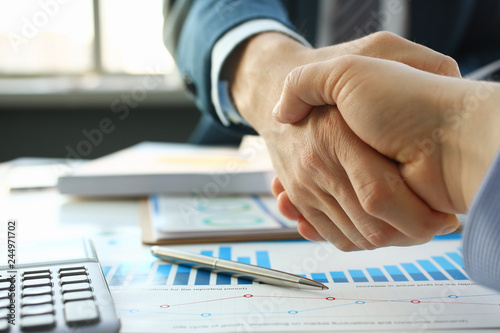 Photographie  Businessman in sut hand shake in ofiice closeup