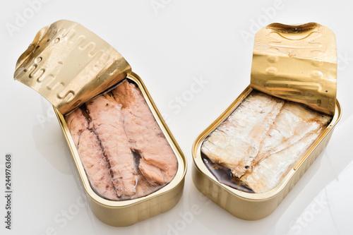 Fototapeta scatole di sgombri e sardine aperte da sopra