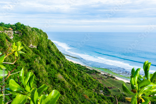 Photo  Bali seascape with huge waves at beautiful hidden white sand beach
