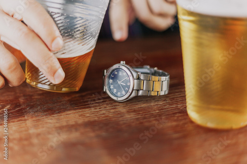 Tuinposter Bier / Cider Outer clocks lie between two glasses of beer