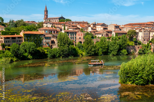 Photo boat trip on the river Tarn in the city of Albi