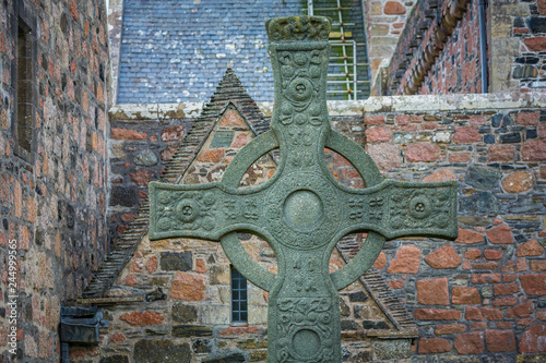 Canvas-taulu Saint Johns High Cross in Front of Iona Abbey