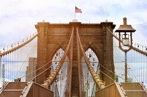 Montage in der Fensternische Brooklyn Bridge Brooklyn bridge with united states flag on top