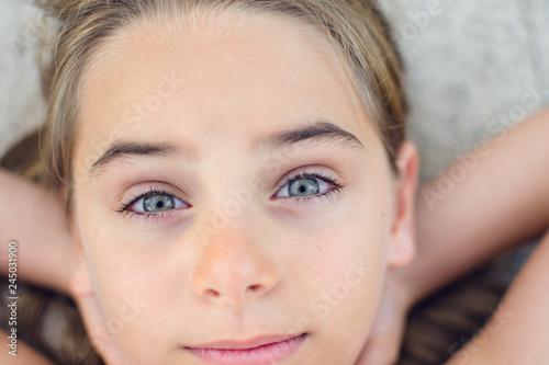 Foto  Olhar firme de criança menina