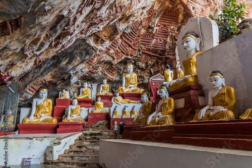 Foto op Plexiglas Artistiek mon. Buddha statues in Kawgun cave near Hpa An, Myanmar